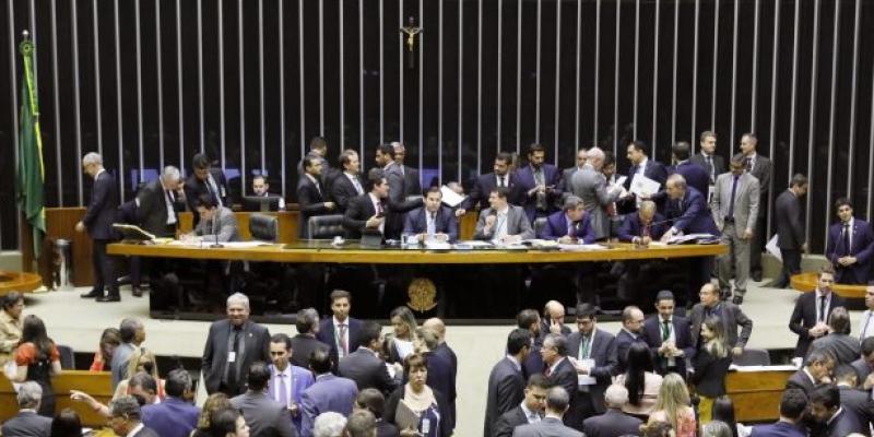 Dos 25 deputados pernambucanos 15 votaram a favor do afrouxamento da reforma partidária e eleitoral