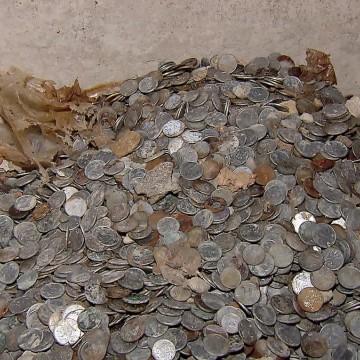 Milhares de moedas dos anos de 1942 a 1989 são encontradas em prédio no Recife