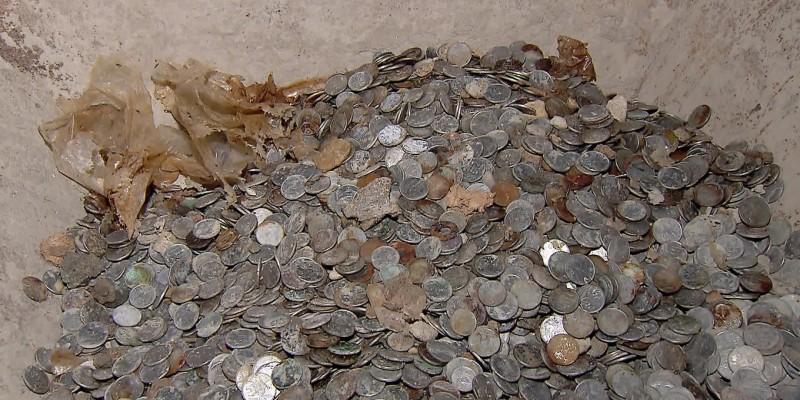 Moradores acreditam que os sacos com dinheiro foram enterrados pelos antigos donos do terreno