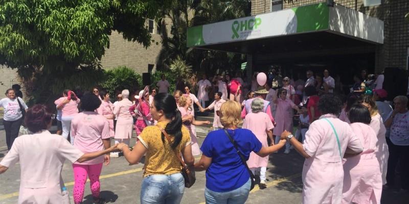 Um grupo de voluntários do HCP realiza nesta manhã uma panfletagem e distribuem laços rosas para chamar a atenção das pessoas