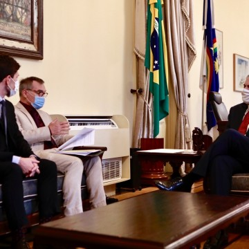 Paulo Câmara recebe cônsul-geral da França no Recife