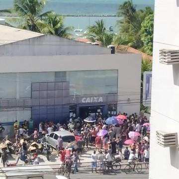 Duas pessoas brigam em fila da Caixa Econômica, em Olinda