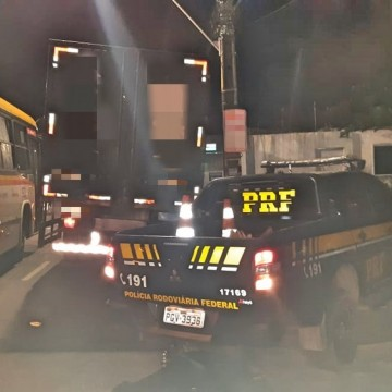 Homem é preso dirigindo caminhão roubado