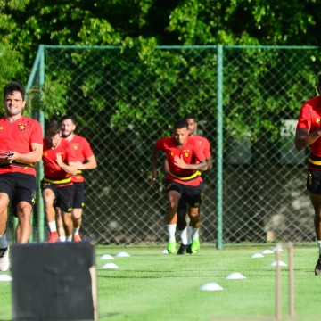 Guto Ferreira promove mudança no time titular em treino do Sport