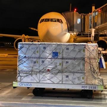 Avião com as primeiras doses da Coronavac chega a Pernambuco