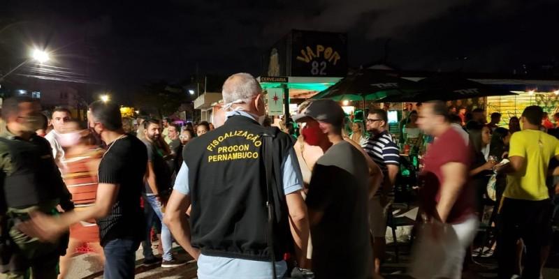 O bar está localizado no Cordeiro na zona oeste e foi interditado por descumprimento do plano de convivência com a covid-19 em Pernambuco