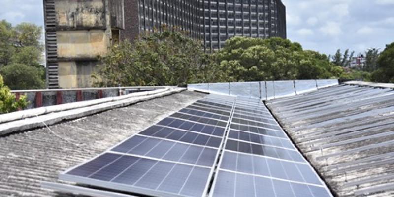 Com a instalação de uma usina fotovoltaica na coberta do prédio da Reitoria, a Universidade visa obter aproximadamente 890 mil Kw e proporcionar uma economia anual estimada em R$ 370 mil