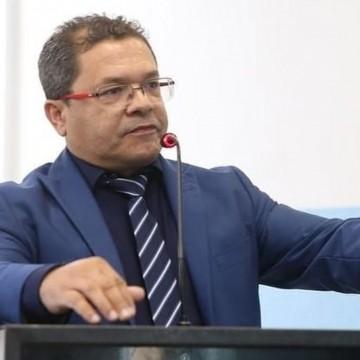 Vereador investigado Irmão Flávio toma posse no Cabo