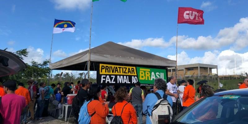 A paralisação por tempo indeterminado foi motivada depois de demissões na Fábrica de Fertilizantes Nitrogenados do Paraná (Fafen), atingindo mais de mil famílias