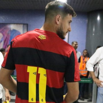 Recepcionado pela diretoria, atacante Leandro Barcia desembarca no Recife
