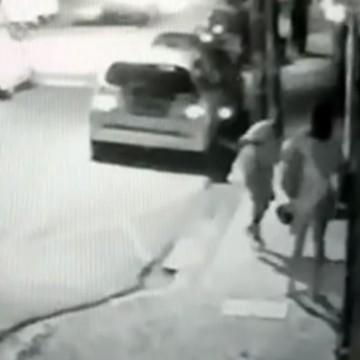 Câmera de prédio no bairro das Graças registra assalto