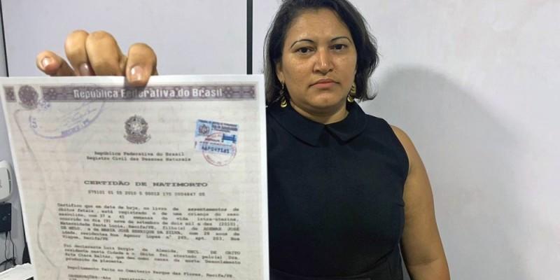 A funcionária pública Maria Silva ficou grávida em 2009 e, três dias antes do parto, levou uma queda e perdeu o bebê