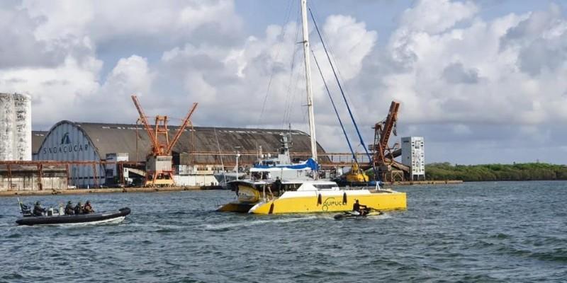 Cinco pessoas que estavam no barco foram presas e trazidas para a capital pernambucana. Embarcação tinha como destino a Europa, segundo a Marinha