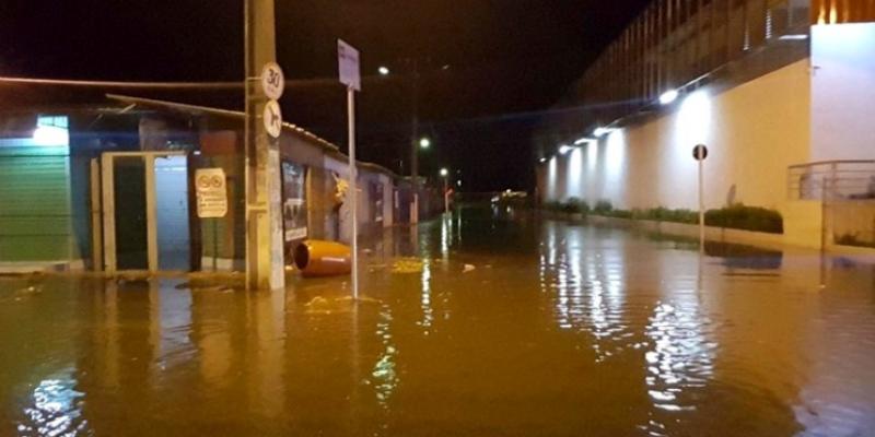A feira livre e o centro comercial da cidade ficaram inundados pelas chuvas e alguns moradores ficaram desabrigados e ilhados