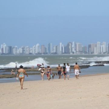 Banhistas vão à praia mesmo com o tempo nublado