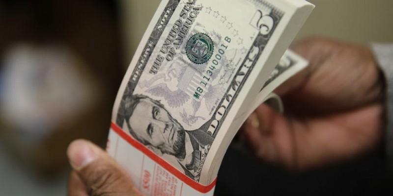 A moeda americana estava registrando uma queda de 1,17%, sendo vendida a 4,6699