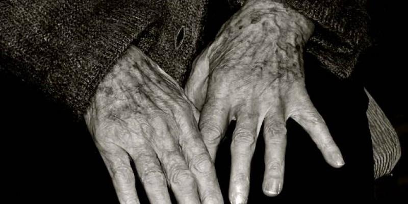 A mulher, de 70 anos, que é cadeirante e apresenta sequelas de um AVC, morava em meio a ratos e muito lixo.
