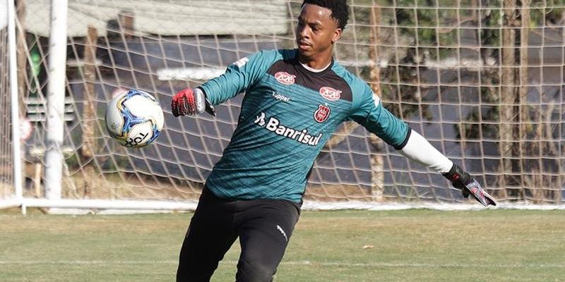 Goleiro de 27 anos chega com contrato até julho de 2021