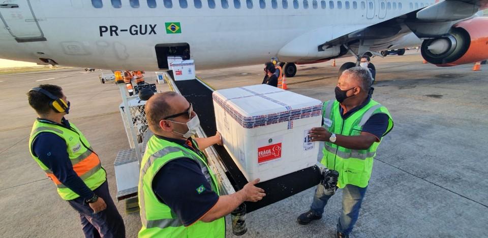 Pernambuco recebe mais de  200 mil doses de vacinas da Astrazeneca