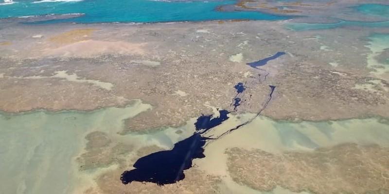 Embarcações estão em alto mar, para tentar conter o avanço do óleo, que segue em direção a Porto de Galinhas