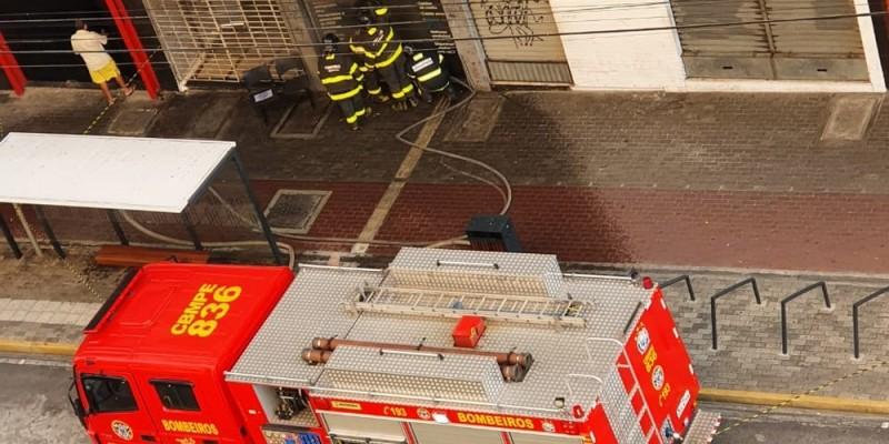 De acordo com o Corpo de Bombeiros, foram registrados danos em cadeiras, documentos e outros objetos da empresa