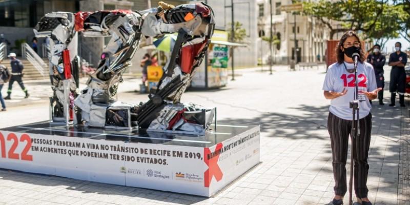 Em parceria com a Iniciativa Bloomberg de Segurança Viária Global, PCR monta uma escultura na Zona Sul com o número de óbitos no trânsito da cidade em 2019, 122