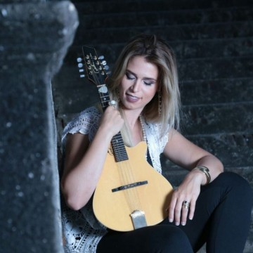 Novo disco da cantora e instrumentista Bia Villa-Chan