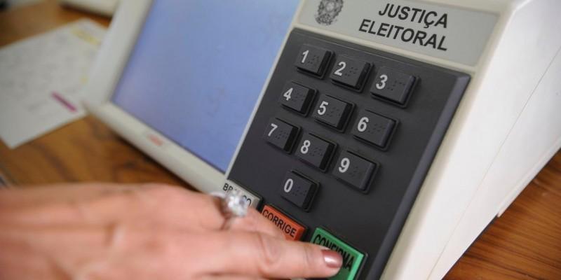 Nova pesquisa de intenção de voto para prefeitura do Recife foi divulgada nesta quarta-feira (11). O candidato Carlos teve 2% e Coronel Feitosa, 1%. Charbel, Claudia Ribeiro, Marco Aurélio Meu Amigo e Thiago Santos tiveram menos de 1%