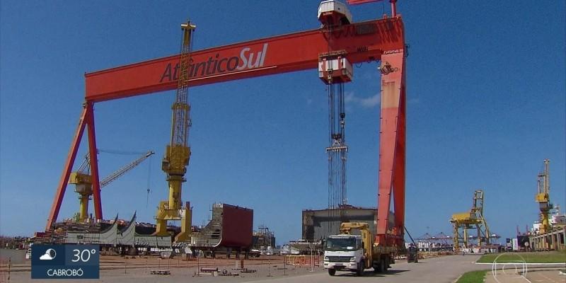 No auge das encomendas feitas pela Petrobras, os estaleiros Atlântico Sul e Vard Promar chegaram a empregar 7 mil trabalhadores e hoje esse número não passa de 280 funcionários.