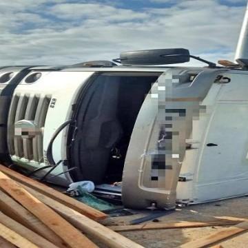 Caminhoneiros ficam feridos em acidente na BR-101 Sul