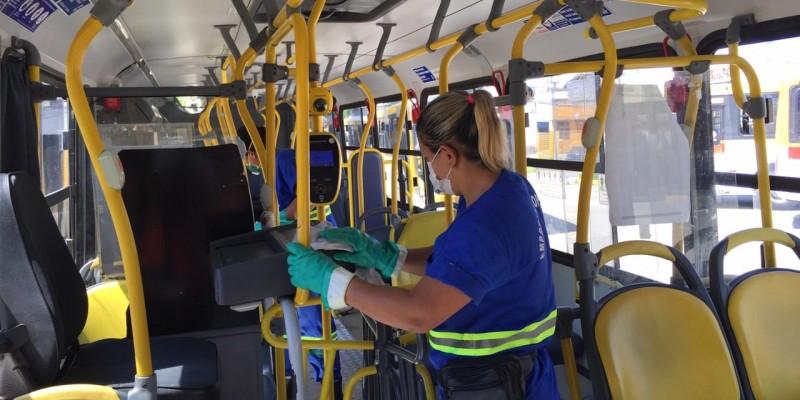 A higienização dos coletivos é feita com álcool 70% e são higienizados os corrimões, ordenadores de filas, assentos, banheiros públicos e portas