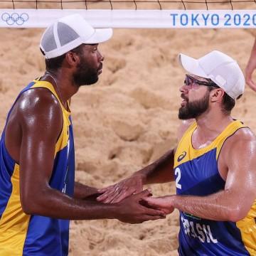 Tóquio: Evandro e Bruno Schmidt avançam às oitavas no vôlei de praia