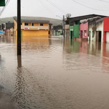Rompimento da barragem de Sairé deixa mais de mil pessoas desalojadas em Barra de Guabiraba