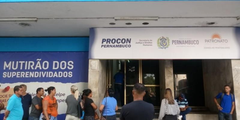 Segundo a SJDH de PE, na sede do Procon, assistentes estão disponíveis para intermediar as negociações com fichas de atendimento limitadas