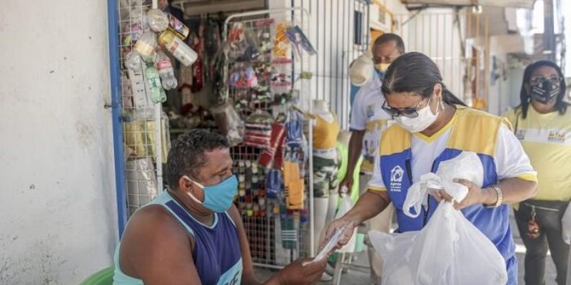 A Distribuição acontece nas Estações Itinerantes de Orientações sobre a Covid-19 e também no trabalho porta a porta feito pelos agentes e profissionais de saúde