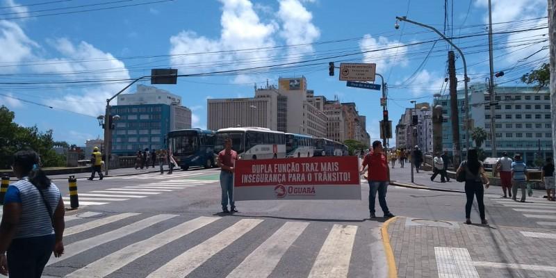Os veículos ficaram estacionados nas pontes Princesa Izabel, Duarte Coelho e na Rua da Aurora