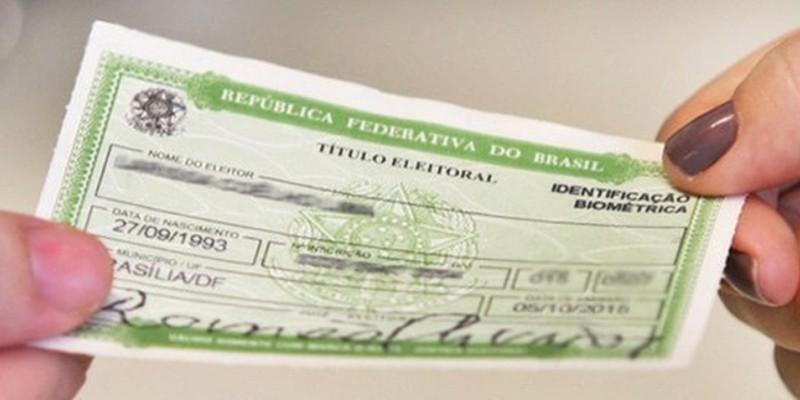 Para regularizar essa situação, o eleitor deve comparecer a um cartório eleitoral, apresentar um documento de identificação com foto e um comprovante de residência