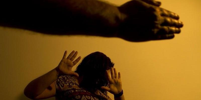 Implantada em 2006, a legislação tornou mais rígida a atuação das autoridades, ampliando, por exemplo, o tempo máximo de detenção de  agressores de um para três anos.