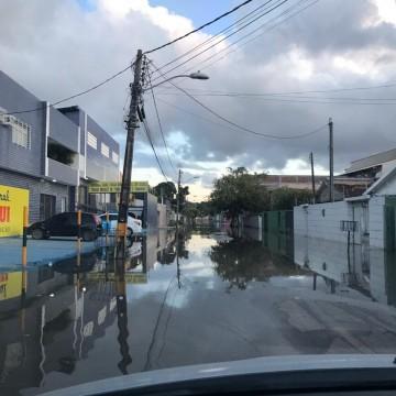 Ruas do Recife ficam alagadas após maré alta nas últimas horas