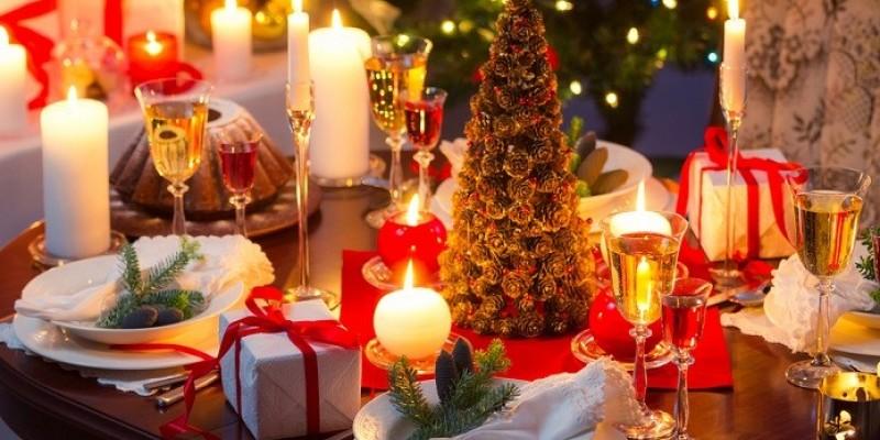 O documento afirma que a forma mais segura de passar o Natal e o Réveillon é ficar em casa. Receber convidados ou celebrar esses eventos em outro local, pode nos expor a diferentes níveis de contágio