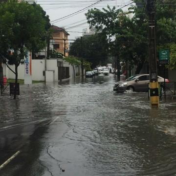 Chuvas  fortes provocam transtornos aos moradores do Recife