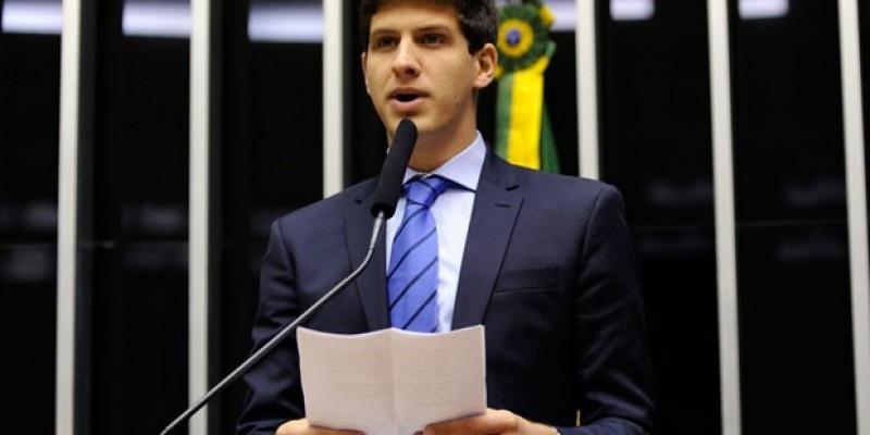 Parlamentar destaca que o crime ambiental é o maior acidente em extensão da história do Brasil e não tem o amparo das autoridades federais