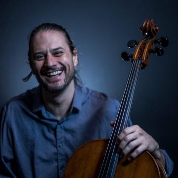 Entrevista |Pedro Huff conversa sobre o projeto em parceria com a Cia Vias da Dança de Recife : improvisos de um violoncelo sob pedaleira