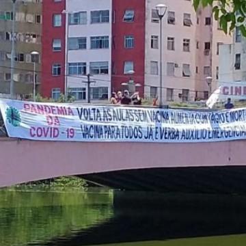 Professores da Rede Municipal de Educação do Recife realizam ato no Centro da cidade pelo fechamento das escolas