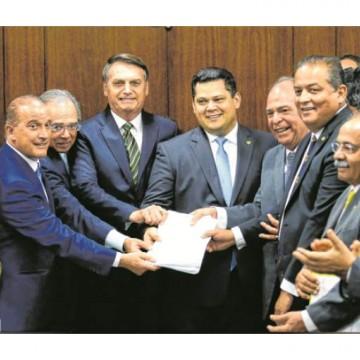 Bolsonaro entregou parte do pacote de medidas econômicas ao Congresso