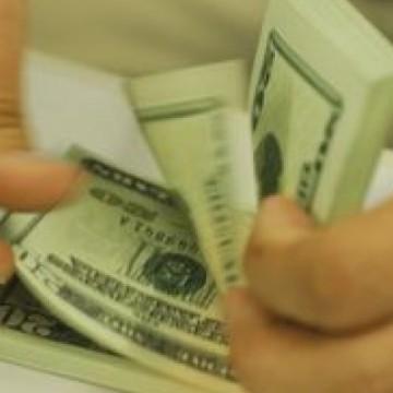 Dólar encosta em R$ 4,22 e fecha no maior valor desde criação do real