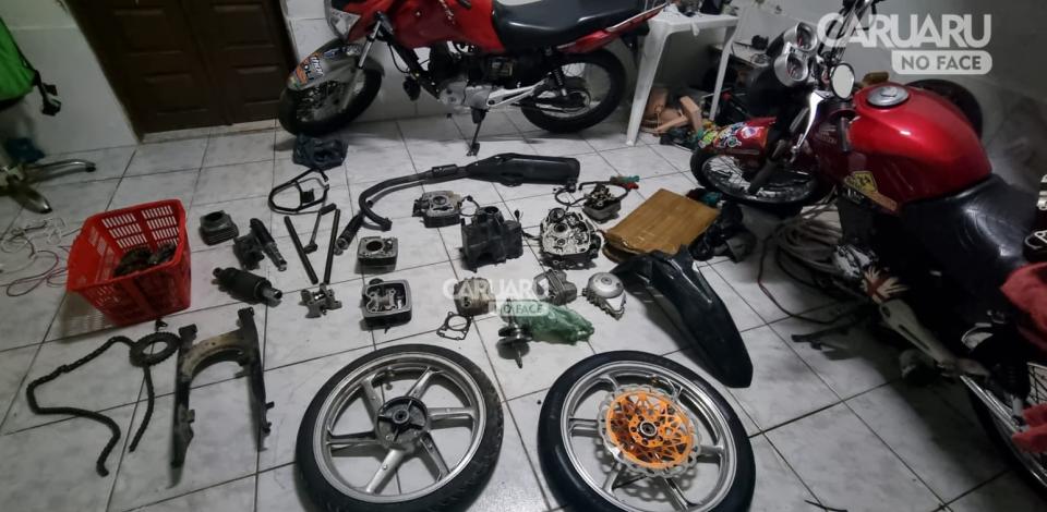 Policiais encontram moto roubada e possível desmanche em Caruaru