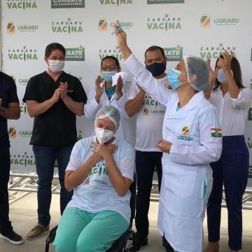 Técnica de enfermagem é primeira a ser vacinada em Caruaru, abrindo oficialmente a campanha de imunização no município