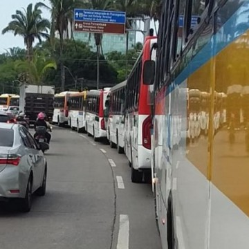 Avenida Agamenon Magalhães ganha faixa azul exclusiva para ônibus