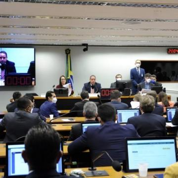 Comissão da Câmara aprova PEC que prevê 'distritão' e volta das coligações para eleger deputados